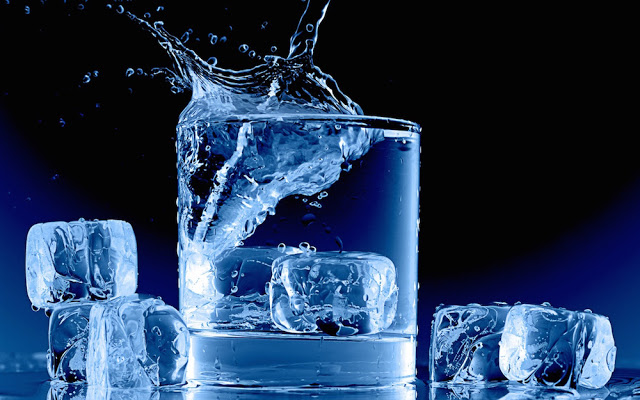 Icy-blue-glass-cup-water-ice-cubes-splash_1440x900